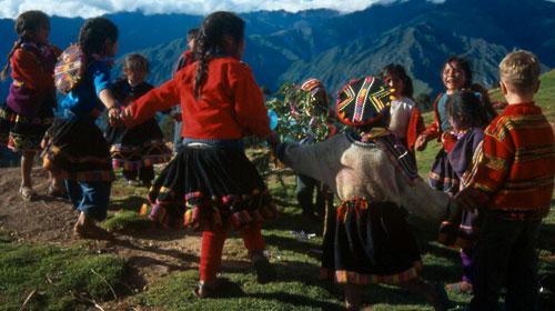 tanzende Peruanische  Kinder und Yannik